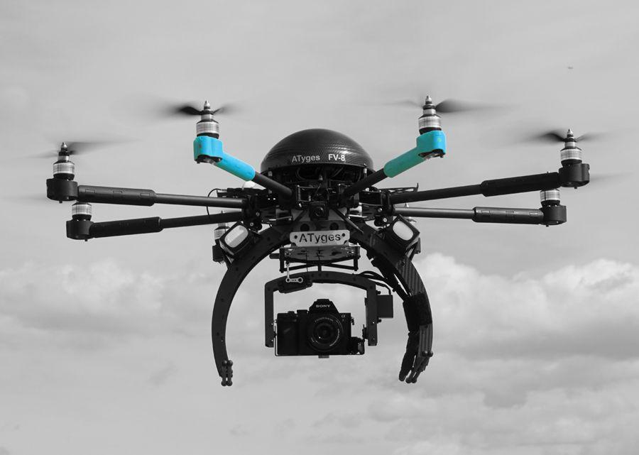 Dron volando con camara Sony en Cantabria