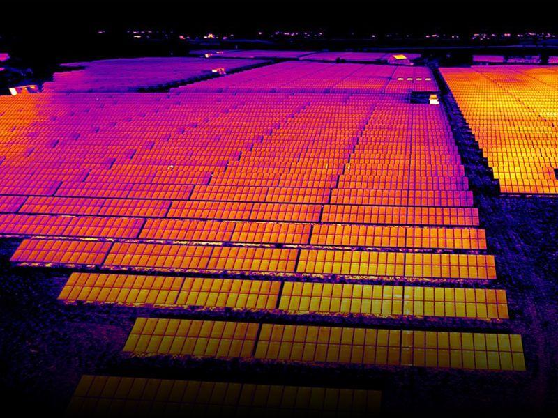 A través de una inspección mediante cámaras termográficas, es posible detectar puntos calientes en paneles solares.
